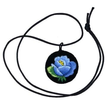 łowicki wisiorek z haftem róży w niebieskim kolorze