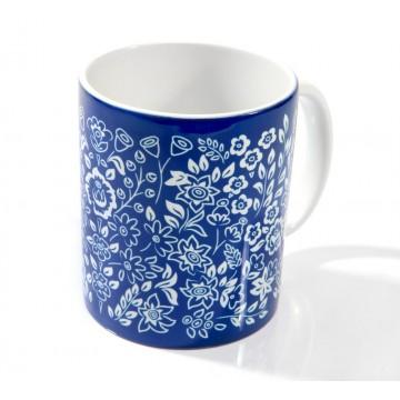 Folkowy kubek z kwiatami inspirowanymi zalipiem, w niebieskiej subtelnej tonacji. folklor polski